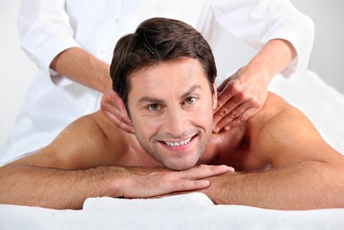Mann får massasje