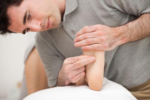 Mann gir fotsoneterapi