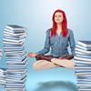 kvinne i svende lotus stilling mellom to stabler bøker