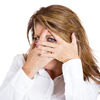 kvinne gjemmer ansiktet i sine hender