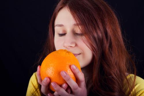 Dame holder appelsin