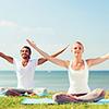 Mann og kvinne ute og praktiserer yoga