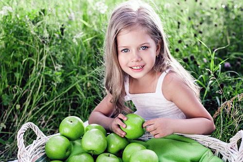 Jente med grønne epler