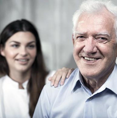Eldre mann med kvinnelig pleier