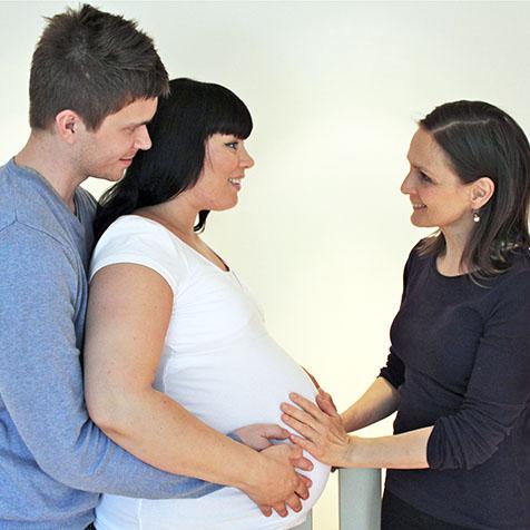 Gravid kvinne og mann med doula Gry Aksnes