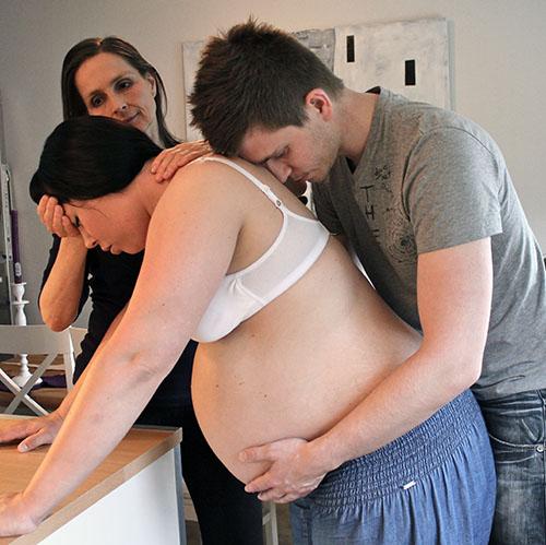 Gravid kvinne med sin mann og doula Gry Aksnes