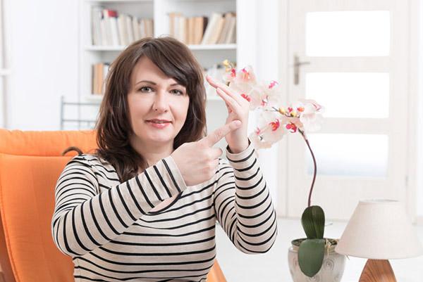 Kvinne viser punkt som det dunkes på ved Tft behandling