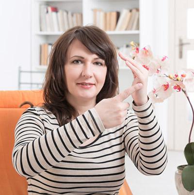 Kvinne viser punkt som benyttes under Tft behandlingen