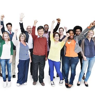 folkemengde med armene opp