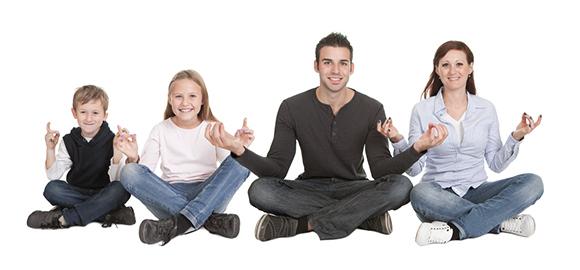 Fire personer sitter i lotusstilling