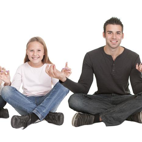 fire personer sitter i lotus stilling