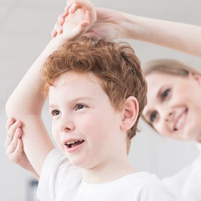 gutt får behandling fra kvinnelig behandler
