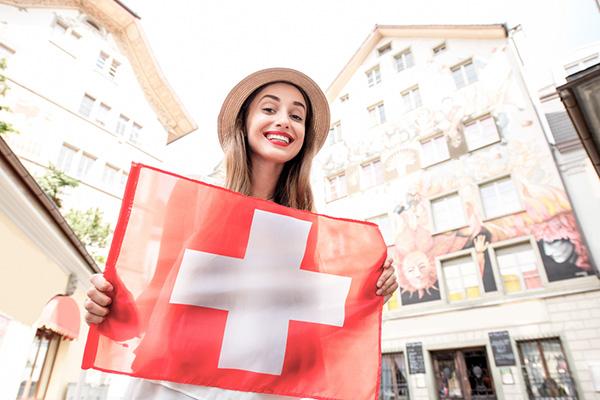 Kvinne som holder flagg fra Sveits