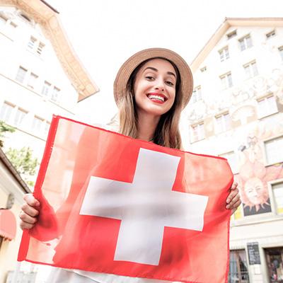 Kvinne holder flagg fra Sveits