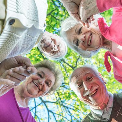 Eldre mennesker i sirkel som ser nedover på deg