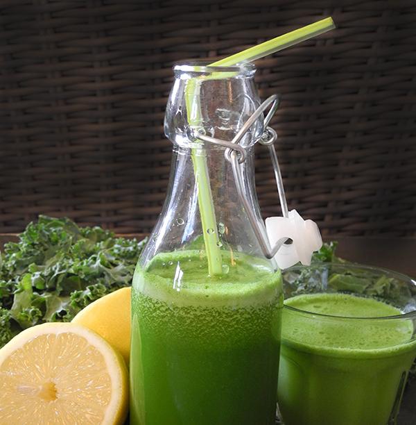 Glass og flaske med grønnkåljuice