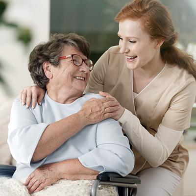 Eldre dame og kvinnelig pleier