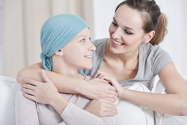 To damer ser på hverandre den en har på seg skaut