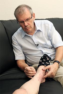 John Boel utfører akupunktur