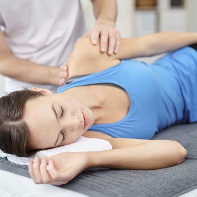Pasient mottar behandling fra en osteopat