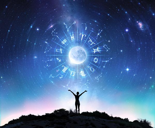 En person står med henden opp mot himmelen som viser stjernetegn, stjerner og måne
