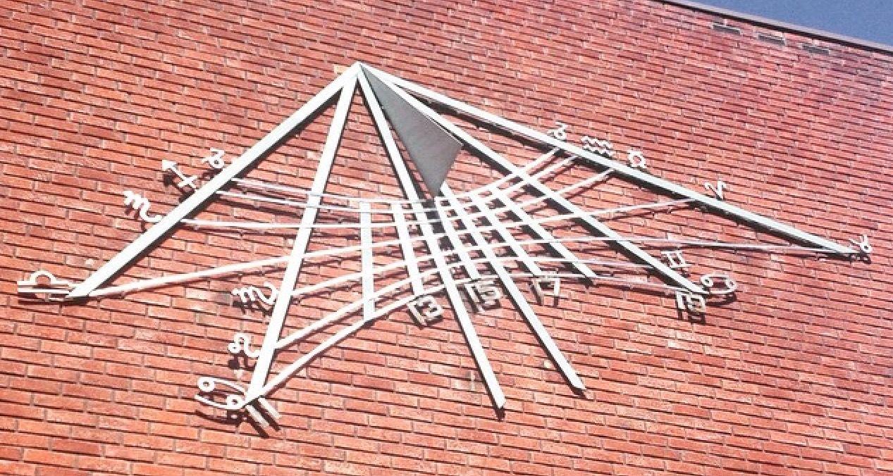 Bildet er fra en fasade på Universitetet i Oslo utsmykket med Zodiaken. Astrologi var tidligere universitetsfag og mange av verdens ledende vitenskapsmenn praktiserte som astrologer. (Foto: Alternativ.no)