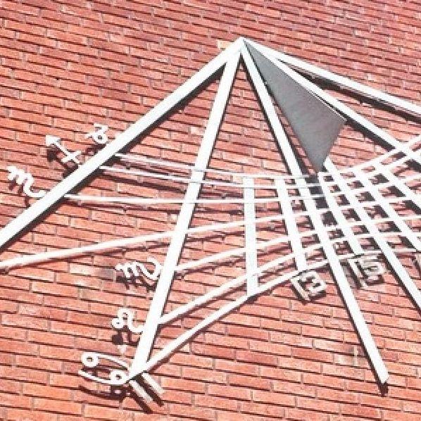 Bildet er fra en fasade på Universitetet i Oslo utsmykket med Zodiaken. Astrologi var tidligere universitetsfag og mange av verdens ledende vitenskapsmenn praktiserte som astrologer. (Foto: Alternativ.no