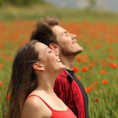 Natur og ett par som ser opp mot himmelen