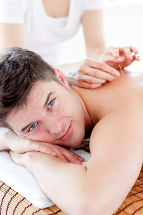 Mann får akupunktur behandling